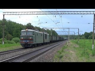 Электровоз ВЛ10-1660 с грузовым поездом и приветливый машинист
