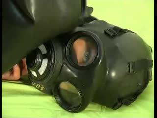 Girl_gas_mask