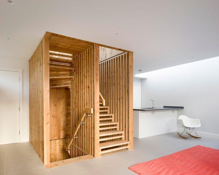 Архитекторы Waind Gohil и Potter Architects создали скульптурную лестницу, которая была изготовлена за пределами локации и собрана как головоломка, в центральной части дома в Лондоне.