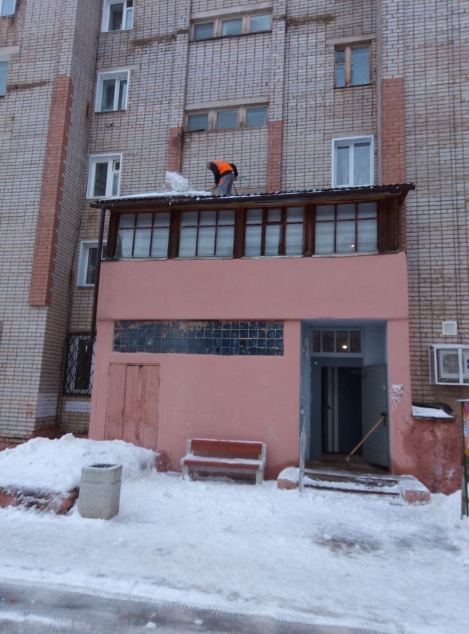 Улица Кольцова дом 13 чистка козырьков от
