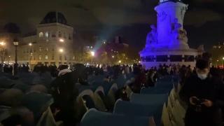 Un camp de réfugiés s'installe sur la place de la République à Paris après les expulsions qui durent