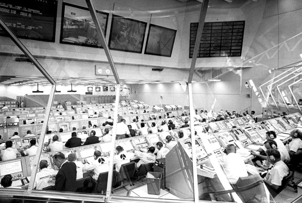 12) Каждый пульт был занят в контрольном зале Космического Центра Кеннеди во время отсчёта перед стартом «Аполлона 11». (NASA)