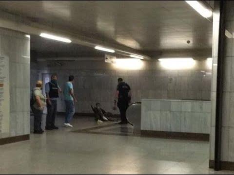 Στο όνομά μας Αστυνομικός κλωτσά τραυματία με γύψο στο πόδι και πατερίτσες (Μετρό, Σταθμός Ομόνοια)