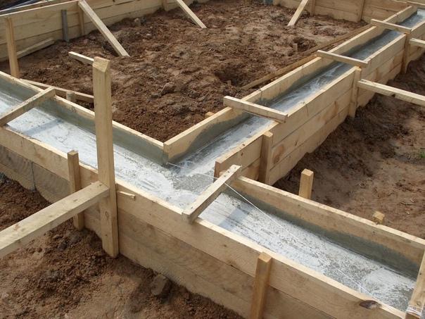 можно ли заливать фундамент частями при заливке монолитного фундамента дома требуемые объемы бетона часто превышают несколько кубометров. крупные строительные фирмы решают эту проблему с помощью