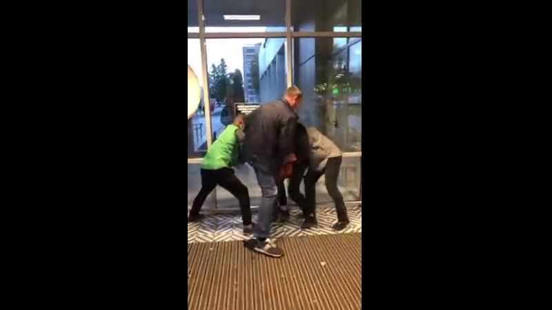 в Пятерочке Петербурга мужик в оранжевой куртке попытался украсть шоколадки и был озвиздюлен