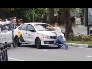 «Поймал» такси: в Сочи мужчина пытался остановить машину руками