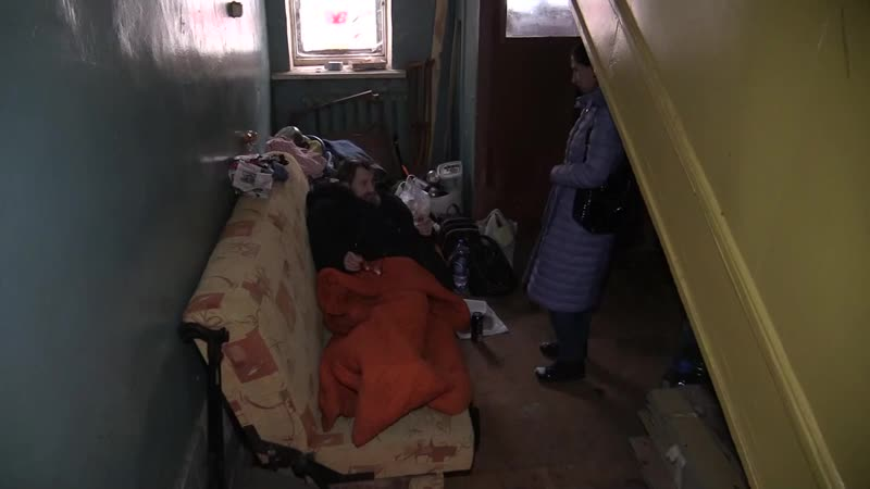 Выселенный из общежития инвалид во Владимире ночует в коридоре под лестницей 2020 11 23 mp4