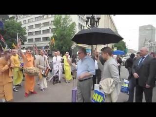 Жириновский жертвует деньги кришнаитам на Арбате