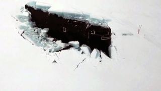 Сразу три атомные подлодки впервые вместе всплыли в Арктике, проломив лед.