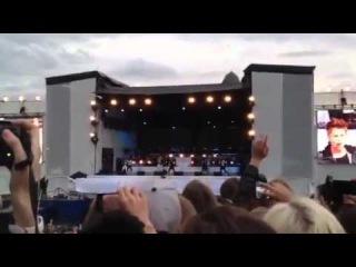 Justin Bieber singing Boyfriend