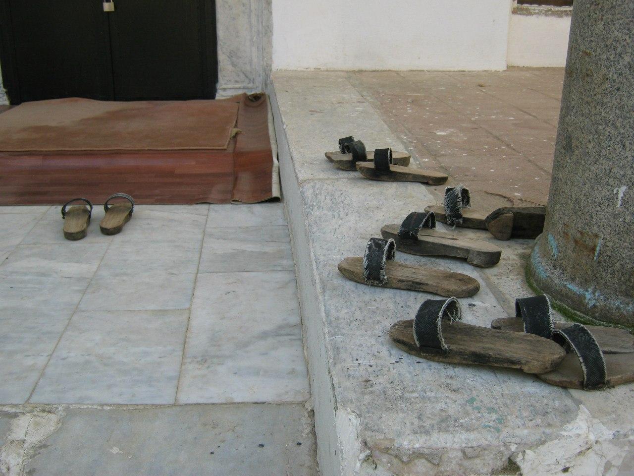 В турецких мечетях деревянные тапочки