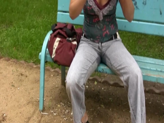 Писают в штаны онлайн, девушка позирует парню видео
