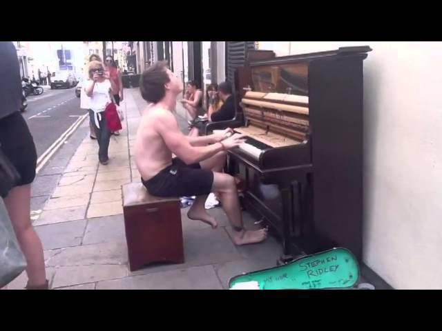 Круто играет на пианино,и поет хорошо