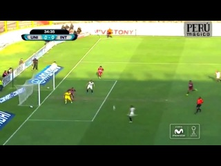 Universitario striker misses a real sitter