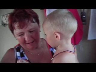 Маленькая Вероника кормит бабушку