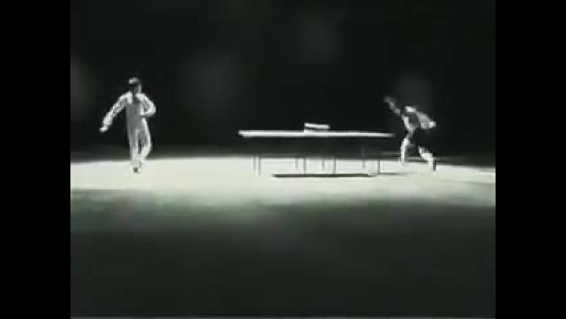 Уникальное видео Брюса Ли, где он играет в пинг-понг с помощью нунчаков!