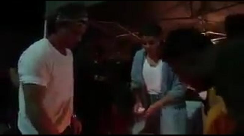 .@iamsrk And @AnushkaSharma Celebrating Anushkas Bodyguards Birthday On The Sets Of ZeroTheMovie