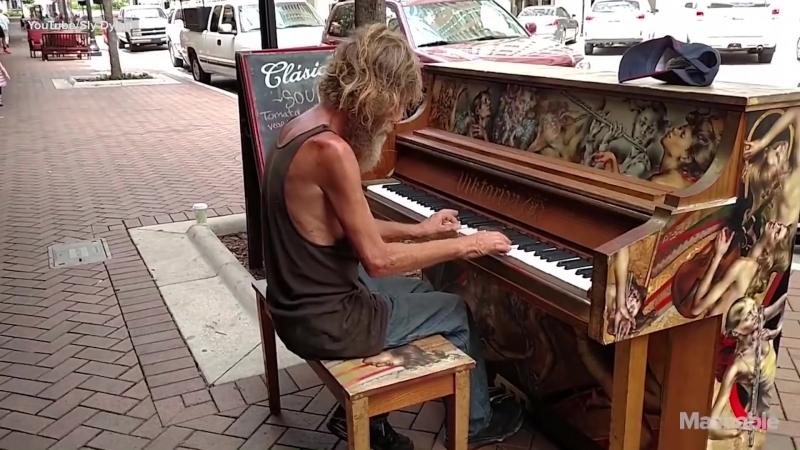 Бездомный человек играет на уличном фортепиано во Флориде