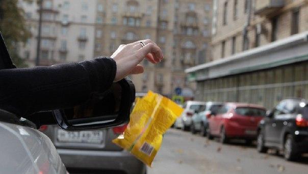 бросил машину на проезжей части и пошёл покупать себе гамбургер. почему — а где мне её ставить иди в администрацию, скажи им, чтоб делали парковочные места!допил воду, бросил пластиковую бутылку