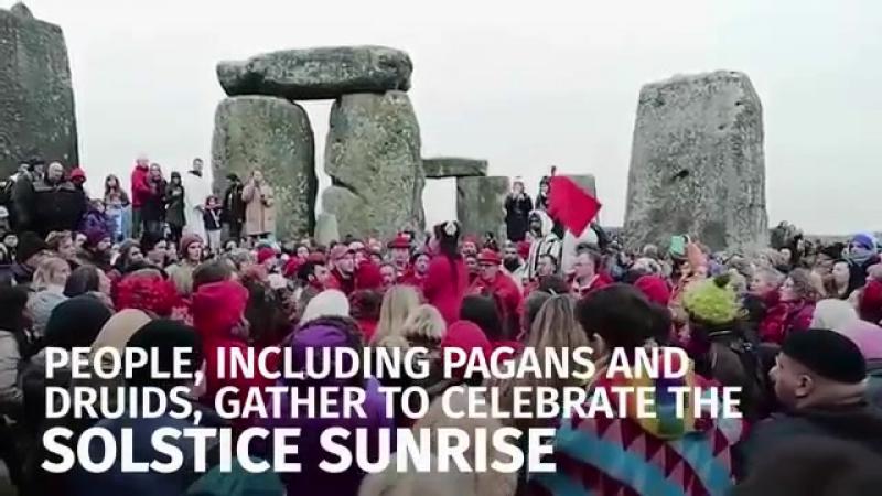 Тысячи собрались в Стоунхендже, чтобы отметить Зимнее Солнцестояние - Thousands gather at Stonehenge to celebrate winter solstic