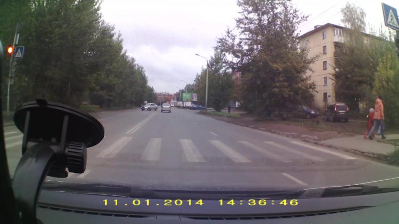 учебная машина на красный сигнал светофора Омск