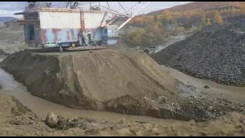 Экскаватор ЭШ 10-70 подмывает река, успеют спасти карьерную технику?