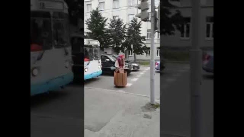 Баба Яга на светофоре. Прикол 2017