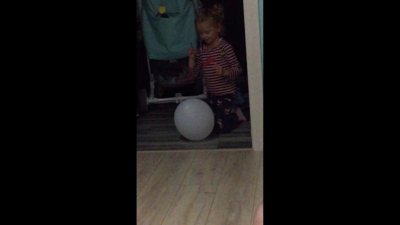 Моя сестра пытаешься лопнуть шарик