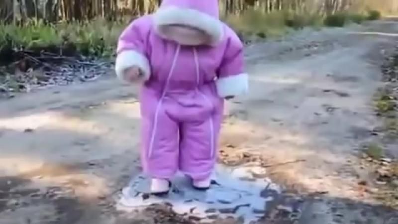 Смешные дети) ребёнок увидел 1 раз замёрзшую лужу).mp4