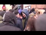 Devushka predlozhila stoyashhim v ocheredi minet za iPhoneX