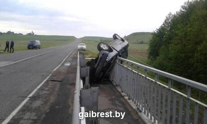 "Барановичский район: автомобиль ""Ауди"" едва не слетел с моста и повис на перилах"