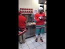 Овечкин снялся в рекламе и приготовил пиццу в хоккейной форме