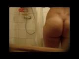 Подглядывание в ванной за пышной девушкой