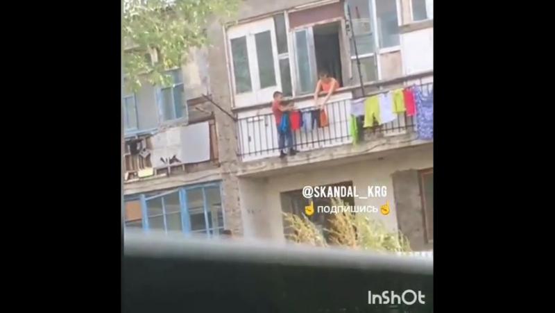 В Караганде мальчик, рискуя жизнью, развешивал бельё на балконе второго этажа