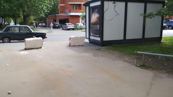 Со двора на Абрамцевской убрали размещенный не по правилам мусорный контейнер