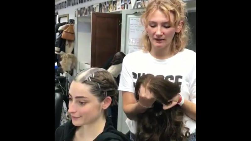 Пиппа Вудс объясняет как правильно надеть парик (модель Эллис Чаппел)