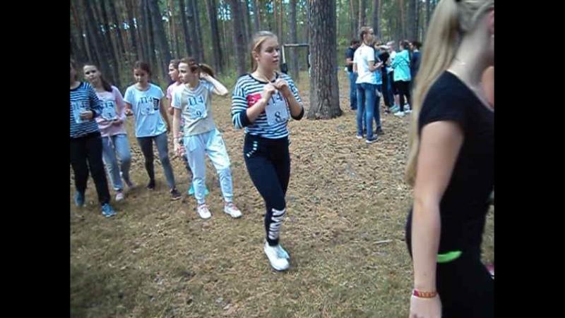 Команда девушек школы № 114 на разминке перед стартом.