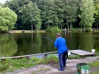 Мужчина поймал крупную рыбу,а жена ее упустила))