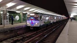 """Новогодний метропоезд """"Еж3"""" на станции """"Выхино"""", Таганско-Краснопресненской линии."""
