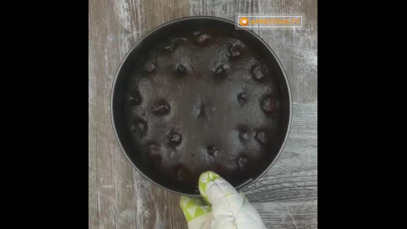 Эффектный и совсем несложный в приготовлении шоколадный пирог с кокосовыми шариками