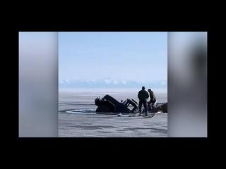 На Байкале под лед провалились два грузовика