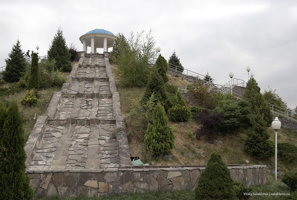 Обзорная сопка в Парке Первого Президента, Алматы 2019
