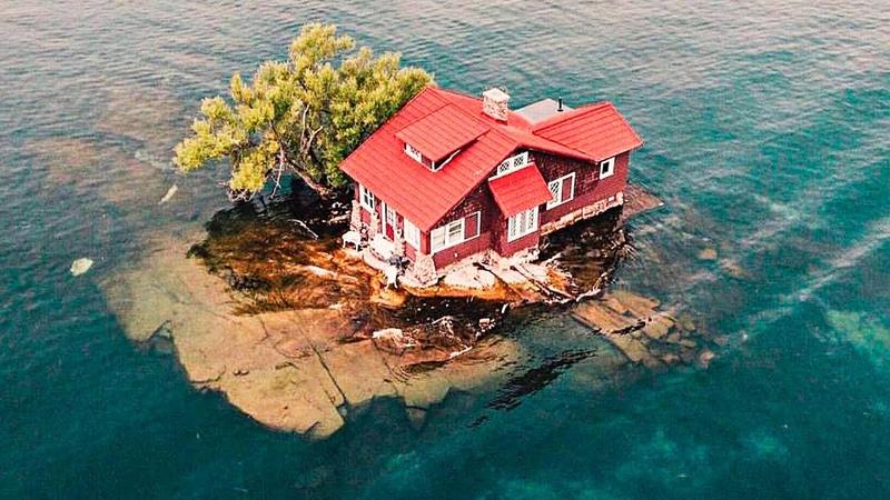 Люди не понимают как возможно жить в этом доме ведь он стоит на самом маленьком острове в мире
