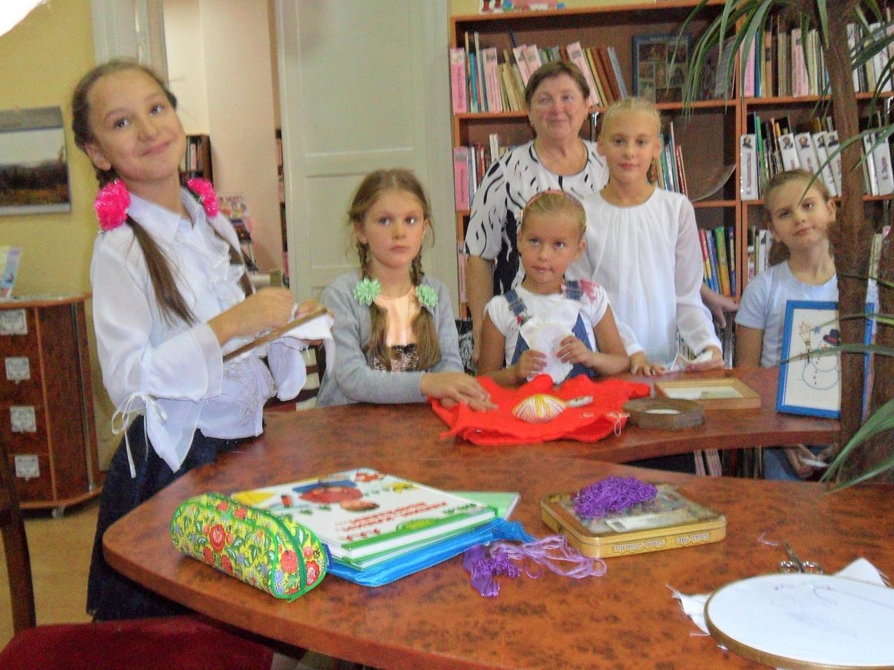 Донецкая республиканская библиотека для детей, занятия с детьми, в библиотеке интересно, отдел искусств, кружок художественной вышивки
