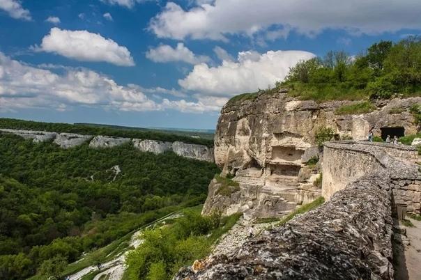 8 красивейших мест полуострова Крым Даже самые искушенные путешественники не могут не согласиться, что Крым одно из красивейших мест на планете. Путеводители по Крыму пестрят заманчивыми
