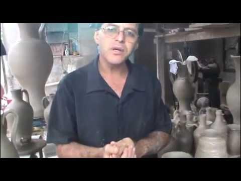 Oleiro ensina fazer uma jarra de Barro com alça