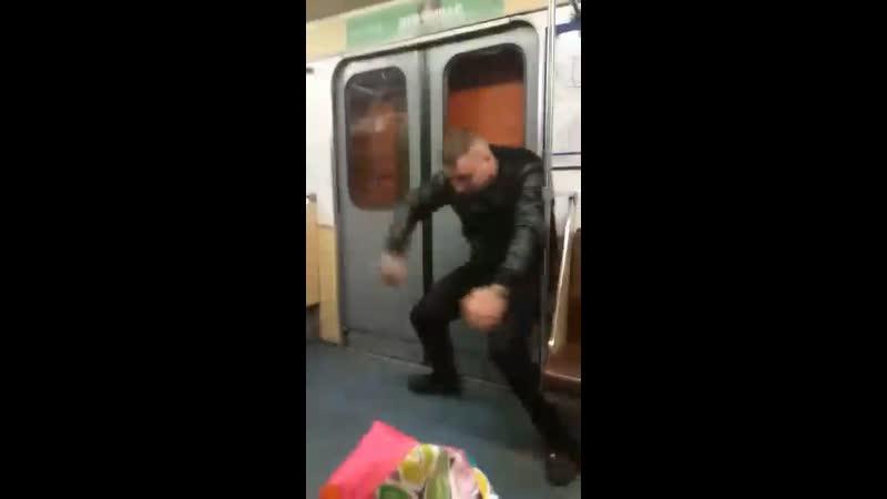 Два неадеквата в одном кадре Халк выбил стекло двери метро Петербург 9 04 2019