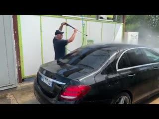 Валерий Меладзе моет машину