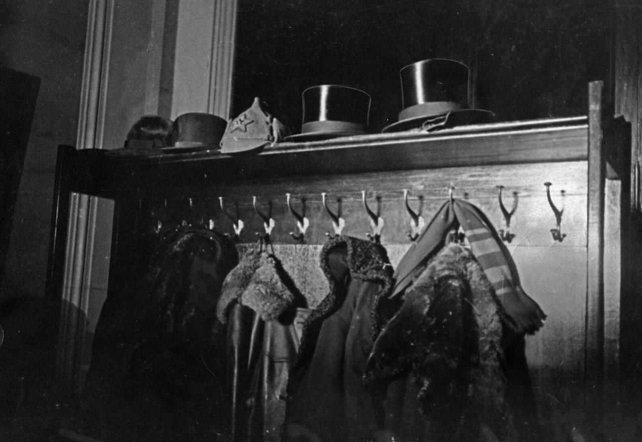 Вешалка в резиденции первого посла США в Советском Союзе Уильяма Буллита, 1934 год.