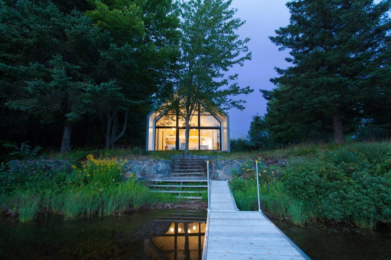 White cedar covers gabled lake house in Canada by YH2